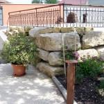 Gîte avec jardin fleuri et arboré - Outils de forge en décoration