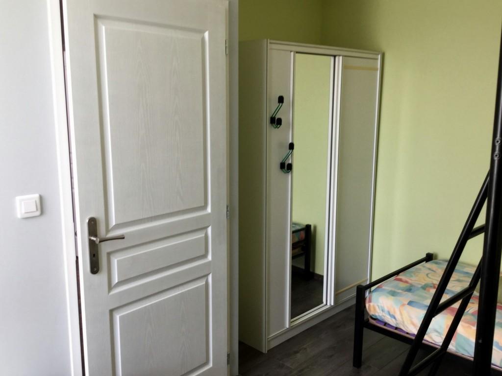 La chambre junior avec lits superposés et bureau